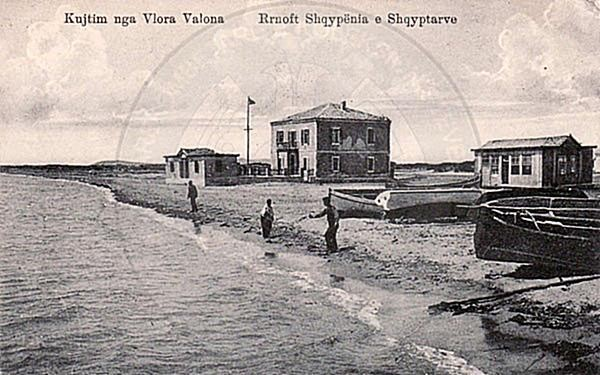 28 March 1913, Duke Montpensier of Bourbons raised the Albanian flag on his yacht in Vlora