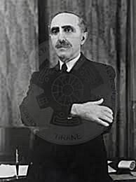 """16 Prill 1939, delegacioni i Asamblesë i kryesuar nga Shefqet Vërlaci, i dorëzoi """"kurorën e Skënderbeut"""" Viktor Emanuelit të III"""