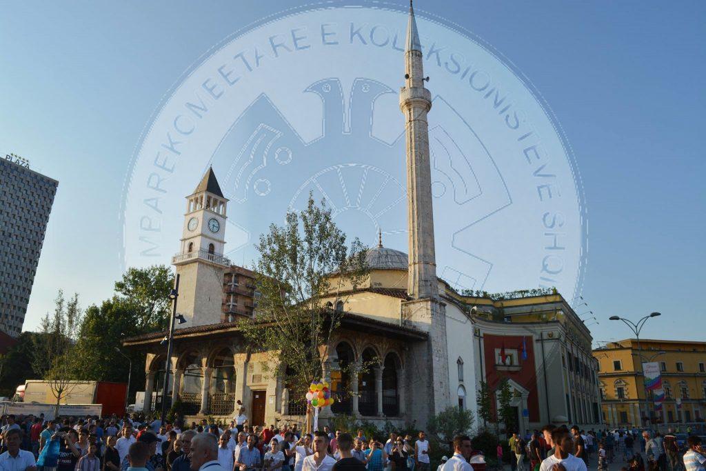 Besimtarët myslimanë falin Fitër Bajramin në sheshin 'Skënderbej'