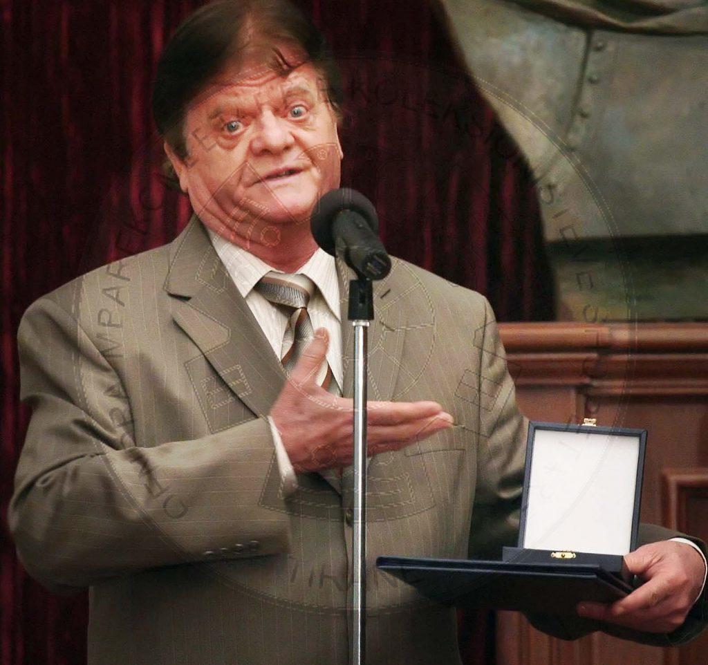"""24 Gusht 1999, humoristi i njohur Gëzim Kruja shpallet """"Krenaria e Shkodrës"""""""