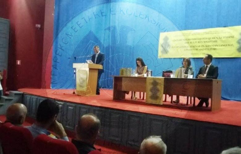 Gjuhëtarët të shqetësuar: T'i mësohet shqipja mërgatës!