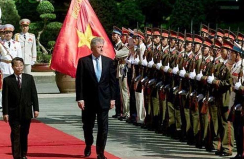 (Shqip) 2000 – Bill Clinton është presidenti i parë amerikan i cili vizitoi Vietnamin që nga Lufta e Vietnamit
